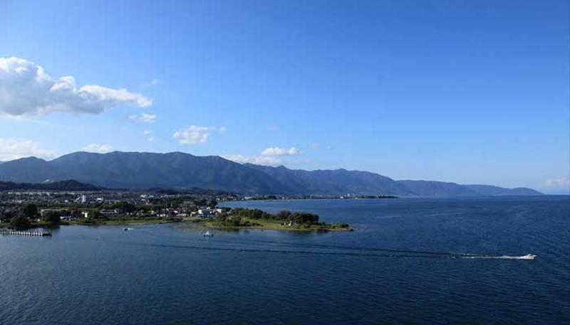 青空の琵琶湖の写真